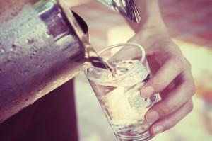 Na niskie ciśnienie - pij wodę zamiast kawy, rób przysiady i masuj stopy