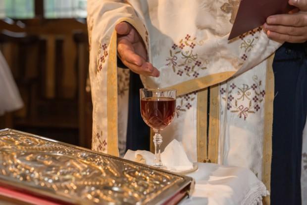Watykan przestrzega przed kupowaniem wina mszalnego w marketach