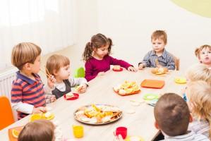 Ogródki warzywne i wspólne jedzenie śniadań w nowym programie MEN dla szkół