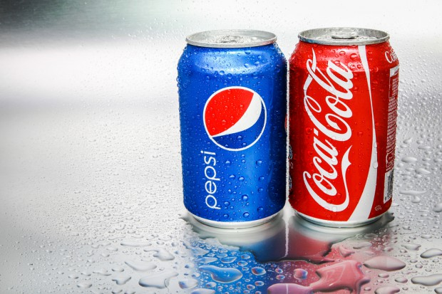 Więcej reklam napojów w gazetach, a mniej w radiu. Coca-Cola liderem