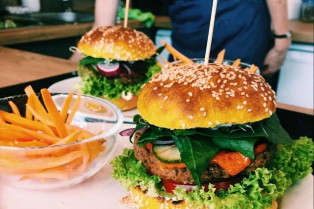 Vege trendy w gastronomii: burger, kebab, ramen, sushi, bar mleczny…