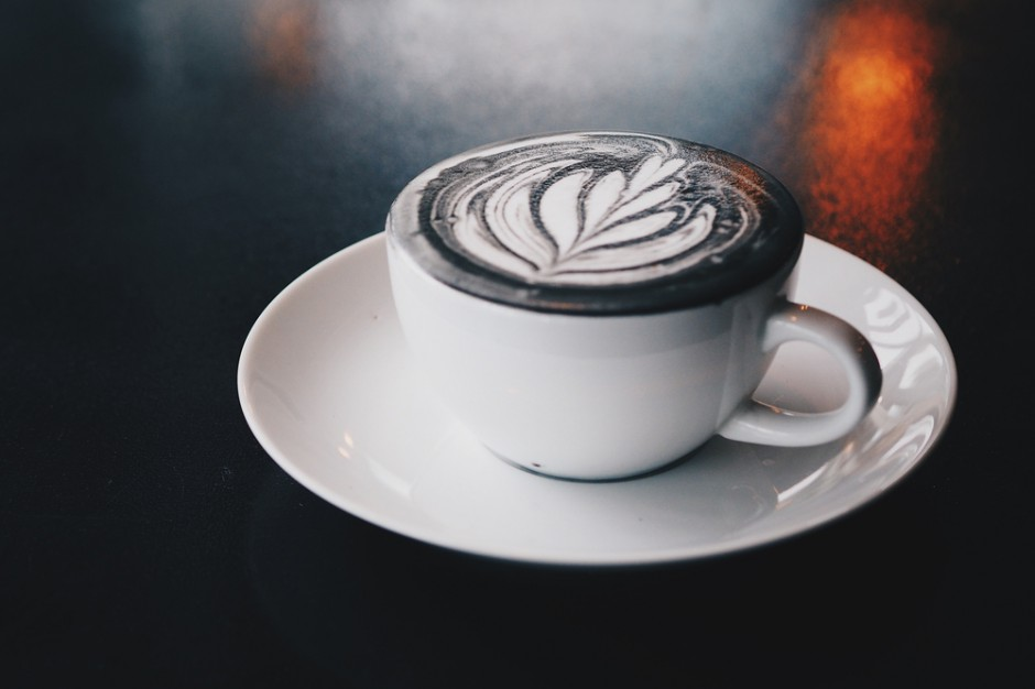 Matte Black Latte i Charcoallatte hitami Instagrama