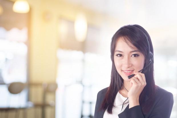 Lidl: Pracownicy z bezprzewodowymi słuchawkami z mikrofonem