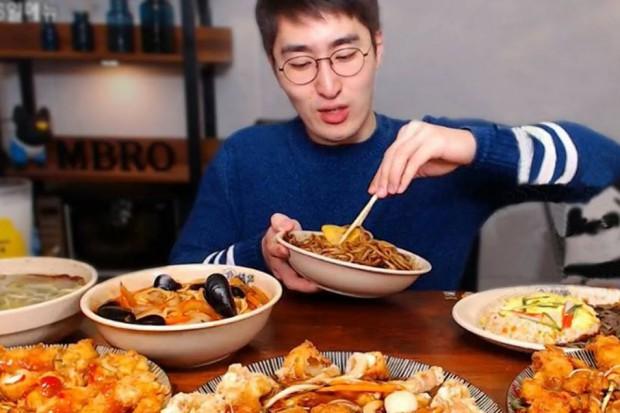 Mukbang - samotne jedzenie przed kamerami hitem internetu