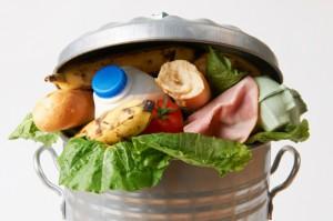Raport: Co trzeci Polak przyznaje się do marnowania żywności