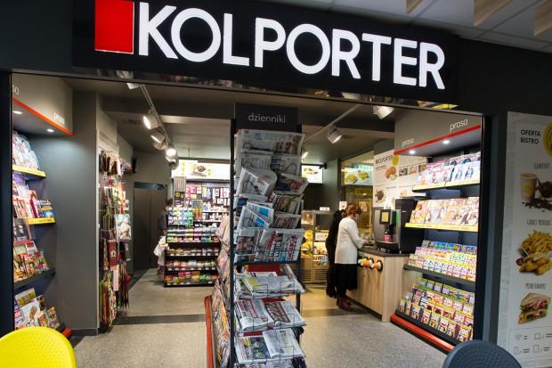 Kolporter sprzedaje bilety na pociąg