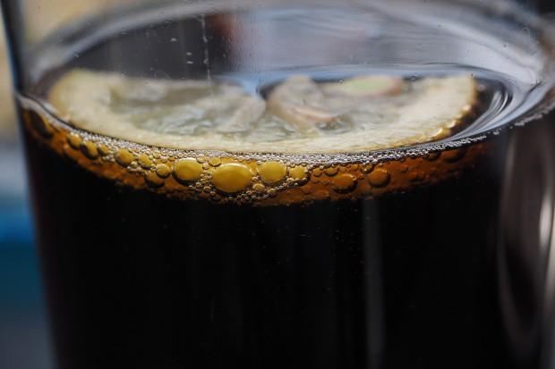 Francja chce podnieść podatek od napojów gazowanych