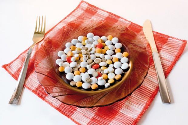 Suplementy diety z paskami ostrzegawczymi na opakowaniu