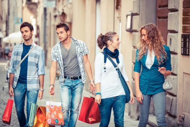 Badanie: Millenialsi odważnie wydają pieniądze na konsumpcję