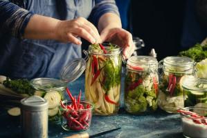 Dietetyk: Domowe kiszonki są zdrowsze od tych, które znajdziemy w sklepach