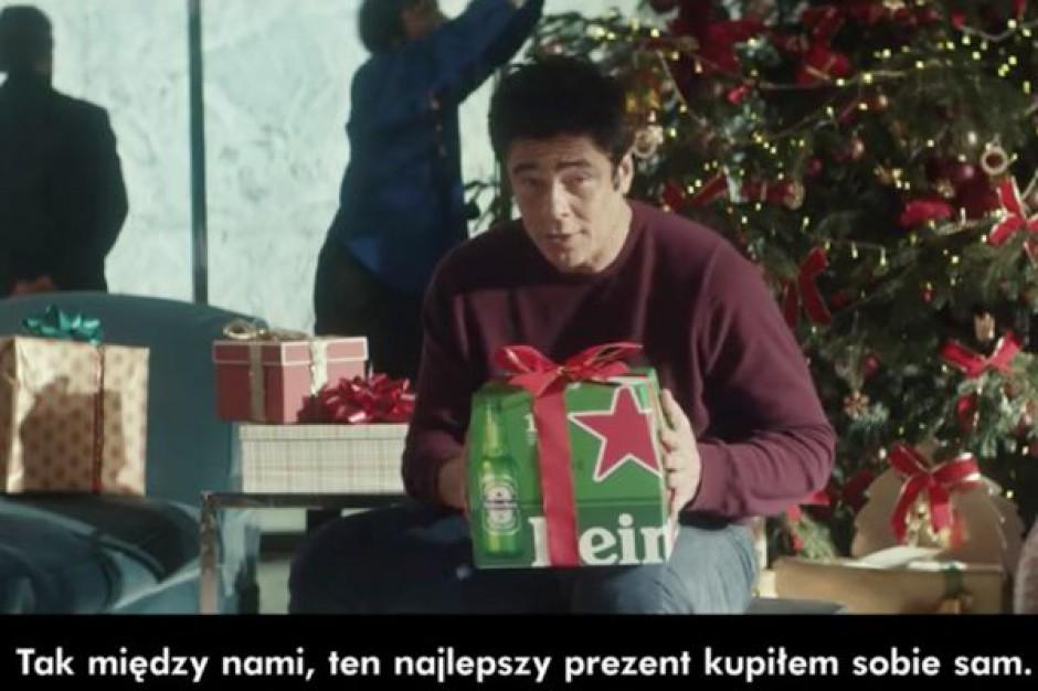 Benicio del Toro ponownie w świątecznej kampanii marki Heineken