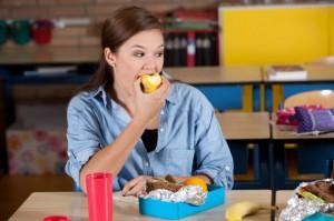 Śmieciowe jedzenie i napoje energetyczne mogą szkodzić mózgom nastolatków