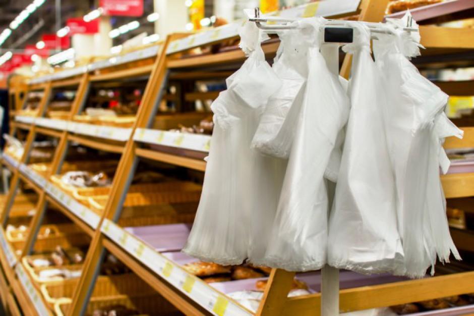 Sklepy podwyższają ceny torebek foliowych