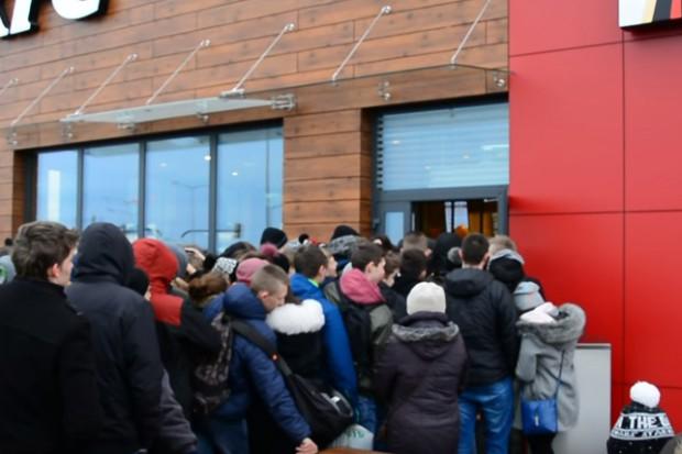 Krosno: Kilkaset osób na otwarciu lokalu KFC (wideo)