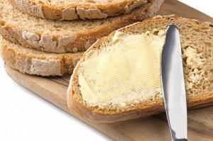 Masło: Ceny spadły, ale nie na sklepowych półkach