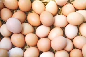 Jaja tanieją, chociaż nadal są droższe niż przed rokiem