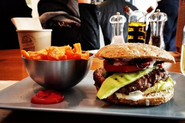 Burgery z mięsem z pytona w Warszawie?
