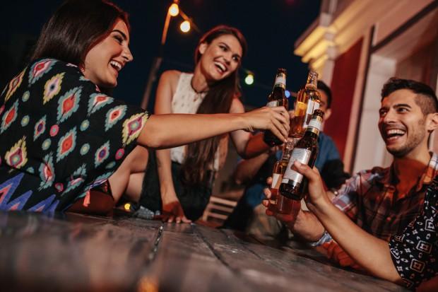 Polacy stworzyli aplikację Bimber, która umożliwia wspólne picie alkoholu