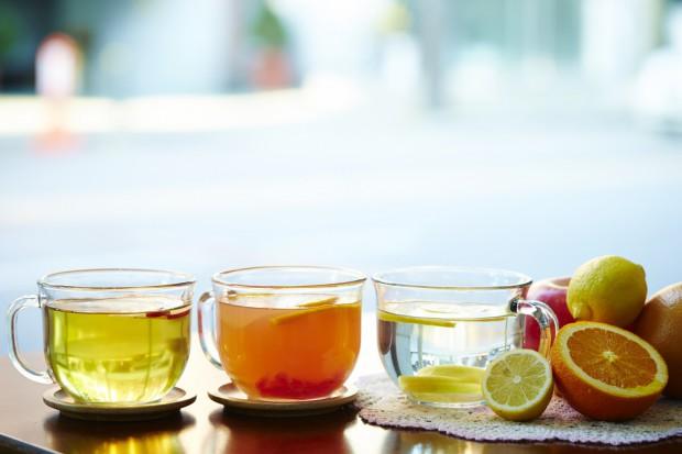 Naukowcy: Herbaty owocowe i wody smakowe mogą niszczyć zęby