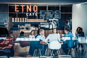 Etno Cafe: Przemysł kawowy zaczyna korzystać z doświadczeń kraftowych palarni