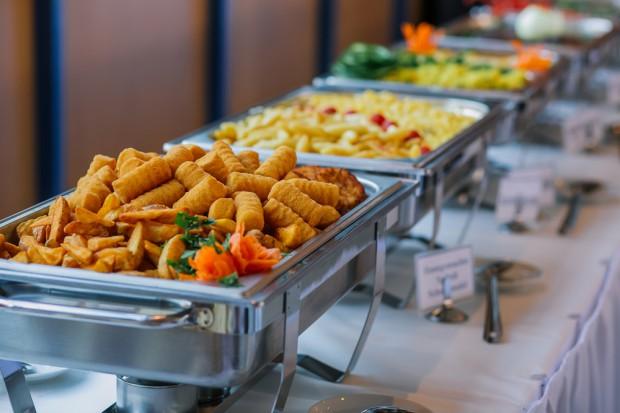 Ekspert: Nadzór nad firmami cateringowymi powinien być wzmocniony