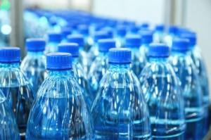 Naukowcy z USA: W wodach wielu marek znajdują się drobinki plastiku