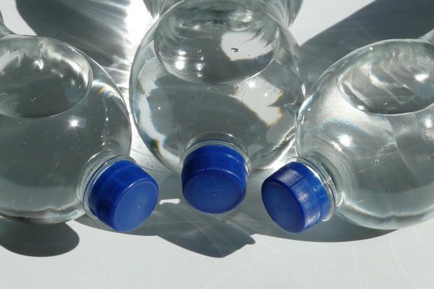 Ponad 90 proc. butelkowanej wody zawiera plastik