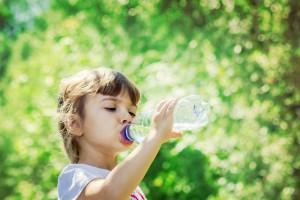 Wzrost sprzedaży wody jest szybszy niż wzrost całej kategorii napojów. Dane i trendy