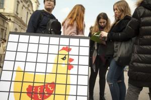 """Zdjęcie numer 4 - galeria: """"Uwolnij kurę"""". Akcja CIWF przeciwko klatkom w hodowli zwierząt (zdjęcia)"""