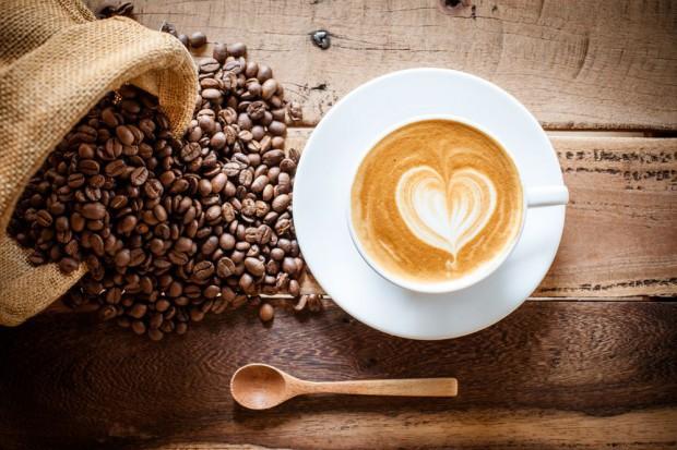 Blisko 50 proc. Polaków nie wyobraża sobie poranka bez kawy (wideo)