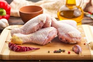 Mycie wodą surowego mięsa drobiowego to błąd - ostrzega ekspert