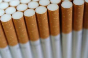 Pięć osób z zarzutami nielegalnej produkcji papierosów; zabezpieczono towar wart 28 mln zł