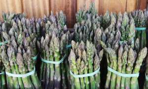 Bronisze: Niższe ceny szparagów i pomidorów