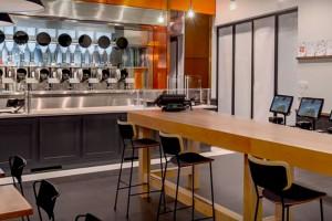 Zdjęcie numer 1 - galeria: Pierwsza restauracja, w której posiłek przyrządzają roboty (wideo)