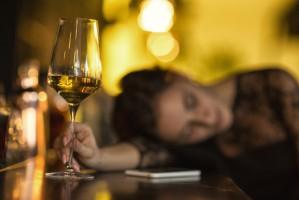 Naukowcy: Nawet małe dawki alkoholu upośledzają jakość snu