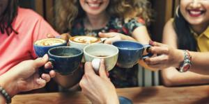 Prawie połowa Polaków pije więcej niż jedną filiżankę kawy dziennie. Najczęściej w pracy (wideo)