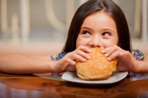 Dzieci i młodzież podatne na reklamę fast foodów i chipsów