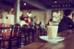 Młodzi konsumenci chodzą do kawiarni niekoniecznie na kawę (raport)