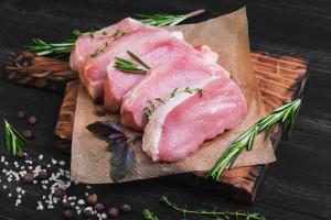 UE wprowadza cła na amerykańską wieprzowinę i soki owocowe