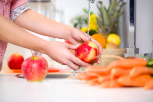 Na rynku pojawił się płyn do mycia warzyw i owoców usuwający pestycydy. Czy to w ogóle możliwe?