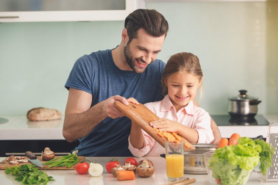 Analiza: Polacy jedzą coraz więcej owoców i warzyw, a mniej pieczywa