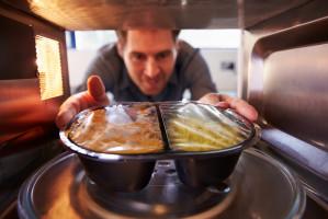 Konspol: Mężczyźni sięgają po dania gotowe częściej niż kobiety