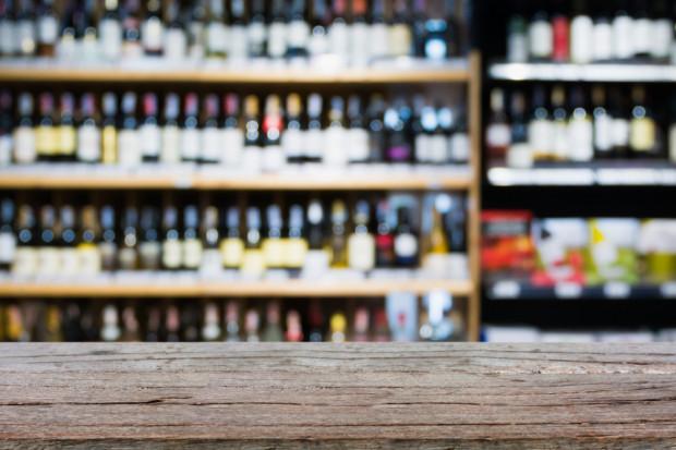 Badanie: Na 130 sklepów, 72 były gotowe sprzedać alkohol nieletnim