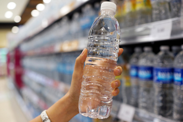 Ranking: Które wody butelkowane są dostępne we wszystkich typach sklepów?