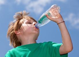 Dobry sezon dla wód butelkowanych. Rośnie popularność małych opakowań