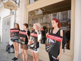 """Aktywiści """"Otwartych Klatek"""" protestowali przed sklepem Krakowskiego Kredensu (zdjęcia)"""