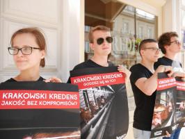 """Zdjęcie numer 1 - galeria: Aktywiści """"Otwartych Klatek"""" protestowali przed sklepem Krakowskiego Kredensu (zdjęcia)"""