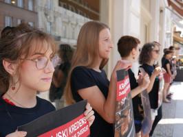 """Zdjęcie numer 3 - galeria: Aktywiści """"Otwartych Klatek"""" protestowali przed sklepem Krakowskiego Kredensu (zdjęcia)"""