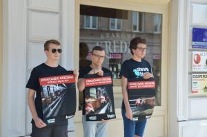 """Zdjęcie numer 2 - galeria: Aktywiści """"Otwartych Klatek"""" protestowali przed sklepem Krakowskiego Kredensu (zdjęcia)"""