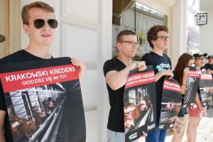 """Zdjęcie numer 4 - galeria: Aktywiści """"Otwartych Klatek"""" protestowali przed sklepem Krakowskiego Kredensu (zdjęcia)"""